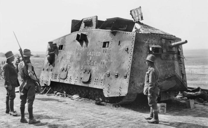 Поврежденный в сражении танк A7V, 1918 год.