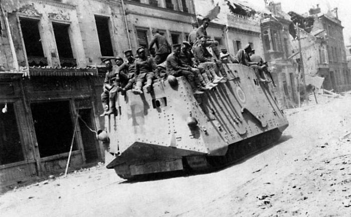 Танк A7V в городе Руа, 21 марта 1918 года.