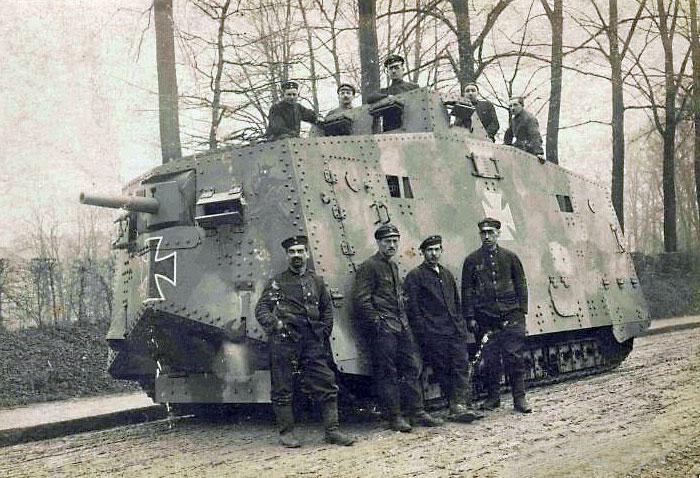 Танк A7V с экипажем.