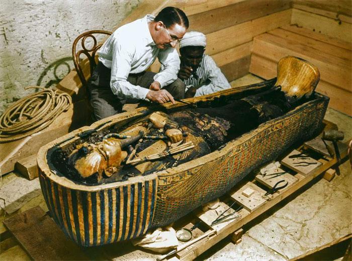 Картер изучает саркофаг Тутанхамона.