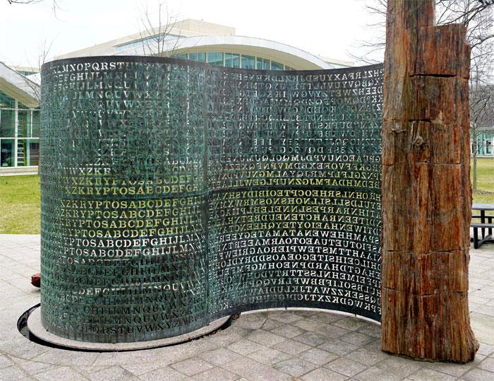 Скульптура Криптос перед зданием ЦРУ в США.