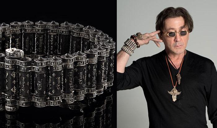 В серебряном браслете из патронов, на которых написана целиком молитва «Отче наш», музыкант часто появляется на публике.