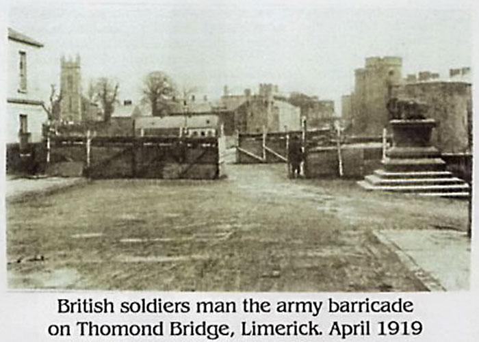 Британские солдаты построили укрепления на мосту, через который происходил въезд в Лимерик.