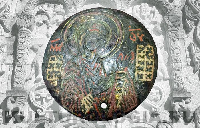 Древнерусская накладка с изображением Богородицы Агиосоритиссы. Выямчетая эмаль. Диаметр 52 мм. Датировка XIII - XIV вв.