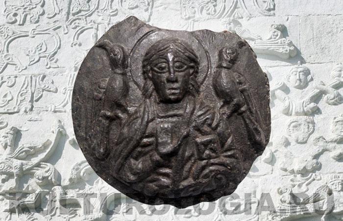 Матрица (или вставная иконка) с изображением святого. По поводу атрибуции этого святого предложено три варианта - «Пророк Илья с воронами», но Илью изображали бородатым мужчиной в возрасте. Второй вариант - сокольничий Трифон с соколами. И третий - Один в образе христианского святого с воронами Хугин и Мунин на плечах, что так же вызывает вопросы.