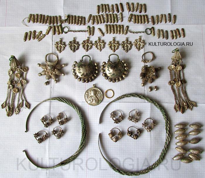Клад серебряных женских украшений XII века, найденный на территории Украины.