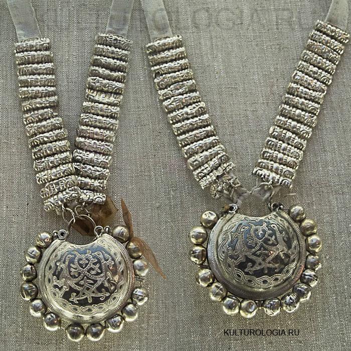 Серебряные рясы и колты с чернью, найденные в составе одного из кладов Старой Рязани. 12 век.