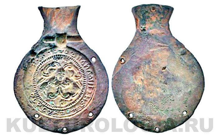 Половина формы для отливки подвесной иконы - «змеевика». Сторона композиции со змеями и заклинательной надписью. Размеры: 72x53 мм. Время 11-13 вв.