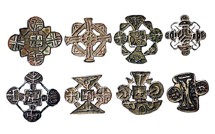 Несторианские кресты и печати со свастикой, что говорит о синкретизме несторианства и буддизма в некоторых регионах распространения несторианства.