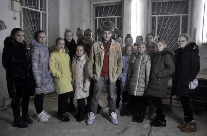 Актер Глеб Данилов и его подопечные.
