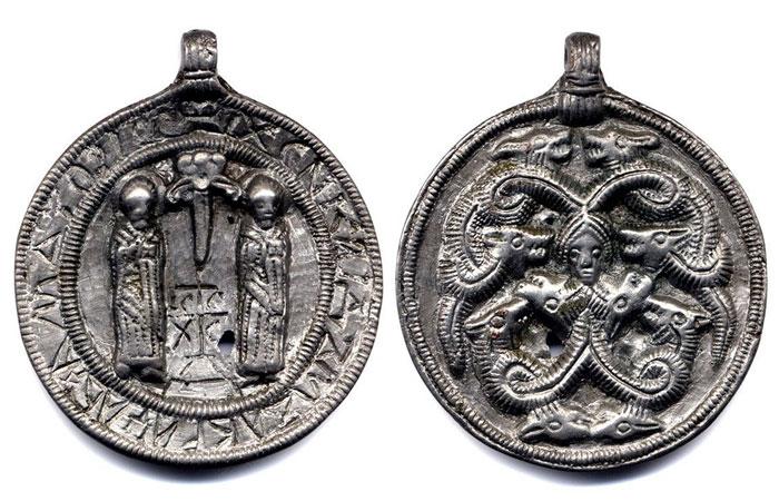 Змеевик с изображением святых бессребреников Косьмы и Дамиана, XII в.