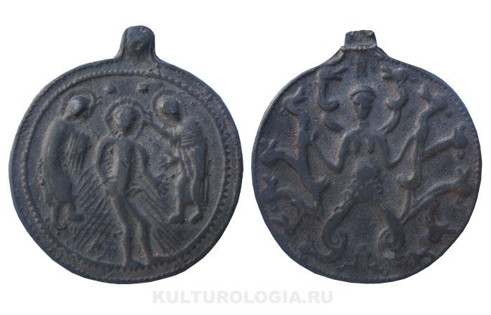 Нательная иконка-змеевк с изображением Крещения Христова, XII в.