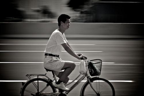 Азиат на велосипеде