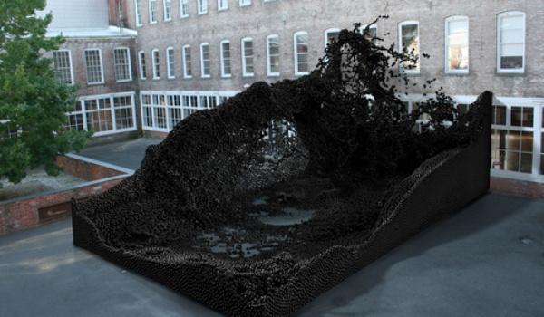420 тысяч металлических шариков в геометрической скульптуре