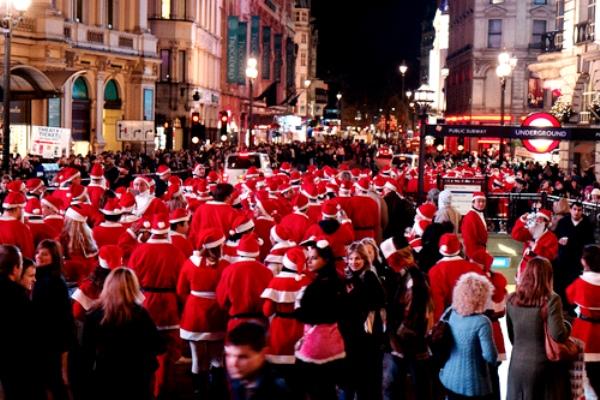 На шествия SantaCon выходят сотни Санта-Клаусов