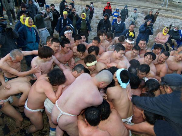 До Голого Человека желают дотронуться тысячи участников фестиваля