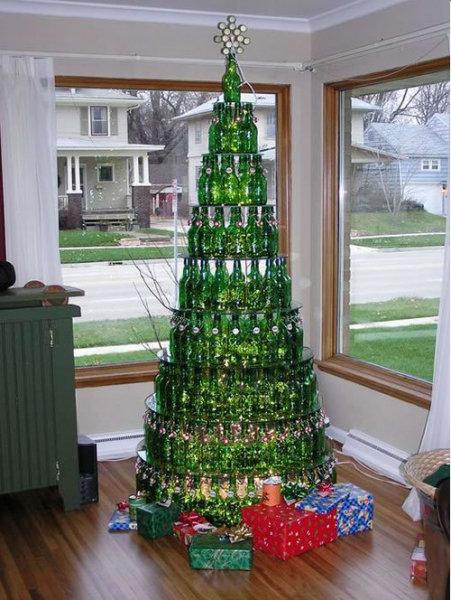 Эта ёлка из бутылок с алкоголем рассчитана только на новогодние каникулы