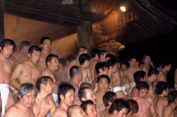 В храме Кономийя голые мужчины проходят обряд очищения