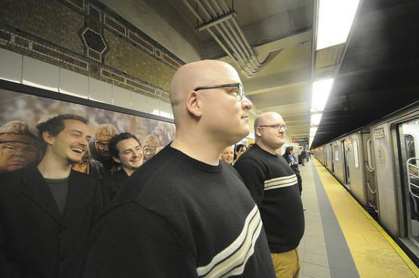 Зеркальные изображения в городском метро