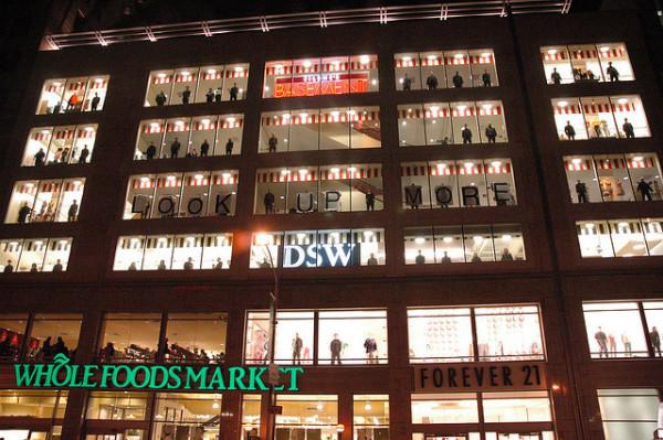 Вечерние огни Нью-Йорка на фоне мобберов