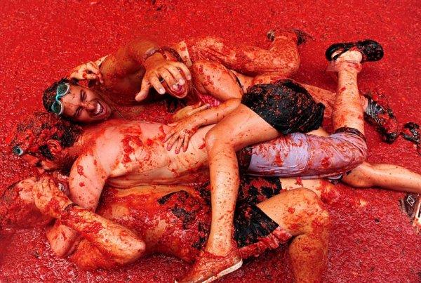 Участники битвы помидорами купаются в томатной жиже