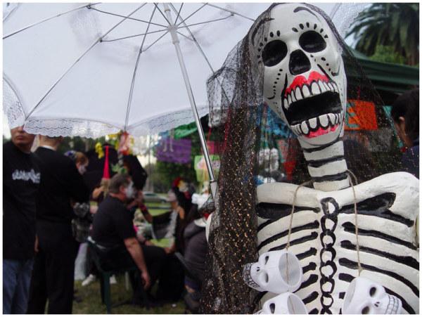 Скелеты на улицах города и танцы на кладбищах в День Мёртвых