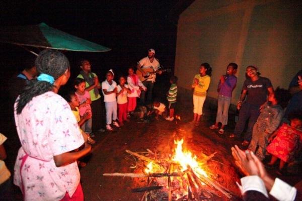 Сжигание веток деревьев - обязательная традиция эфиопского Нового года