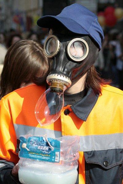 Пузыри надувают люди в самых ярких и необычных нарядах