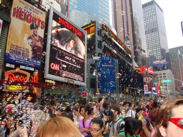 Флэшмоб Bubbles проходит во многих городах мира