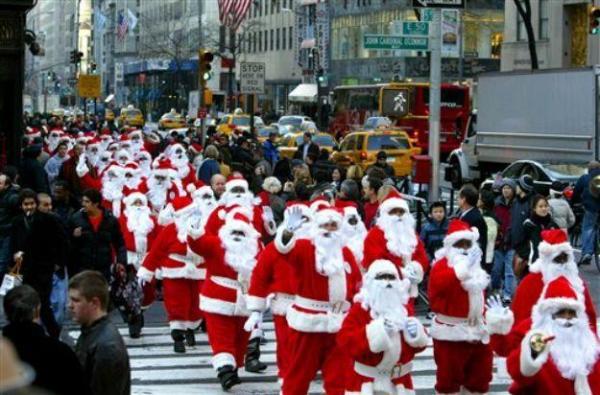 Шествия Санта-Клаусов поднимают людям настроение