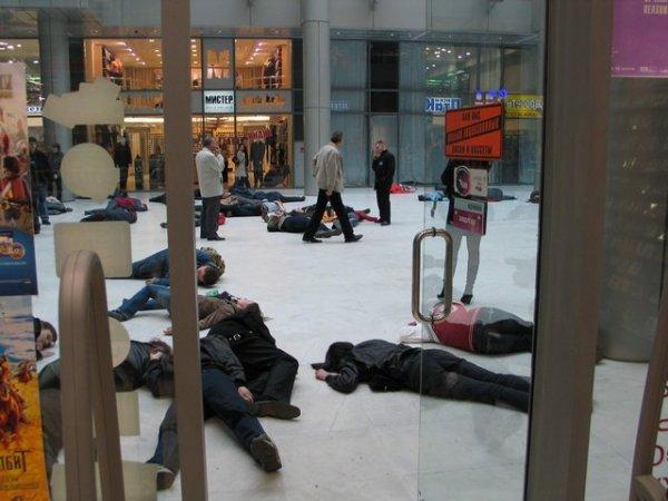 Люди падали «замертво» везде: на улице, футбольных площадках, в магазинах
