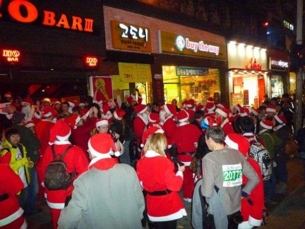 Каждое шествие фестиваля SantaCon заканчивается в баре