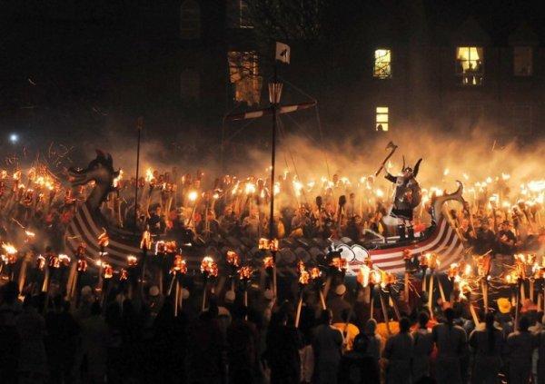 Тысяча шотландец принимает участие в фестивале викингов