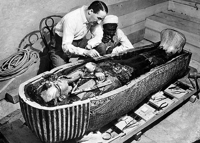Говард Картер над вскрытым сааркофагом Тутанхамона. | Фото: daliulian.net