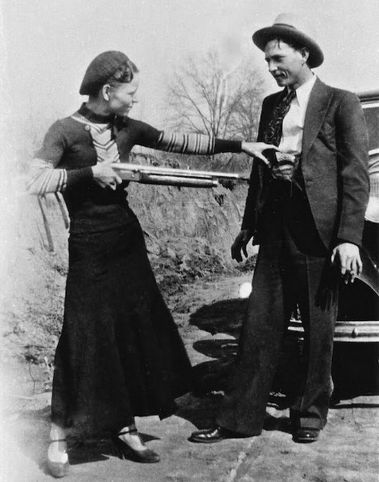 Бонни Паркер и Клайд Бэрроу , 1933 год.