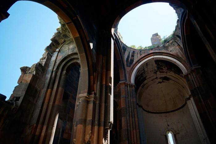 Внутри собора Ани, 4 июня 2013. Строительство началось в 989 году и было завершено в период между 1001—1010 годами. Строение рухнуло во время землетрясения в 1319 году.