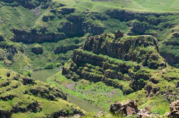Замок на вершине горы около реки Ахурян, 4 июня 2013.
