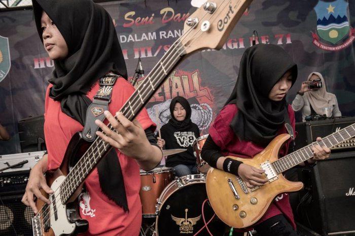 Участницы группы «Voice of Baceprot» на сцене