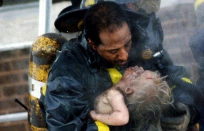 Пожарный и маленькая девочка. Фотография Рона Олшвангера, после которой люди начали устанавливать детекторы дыма в своих домах.