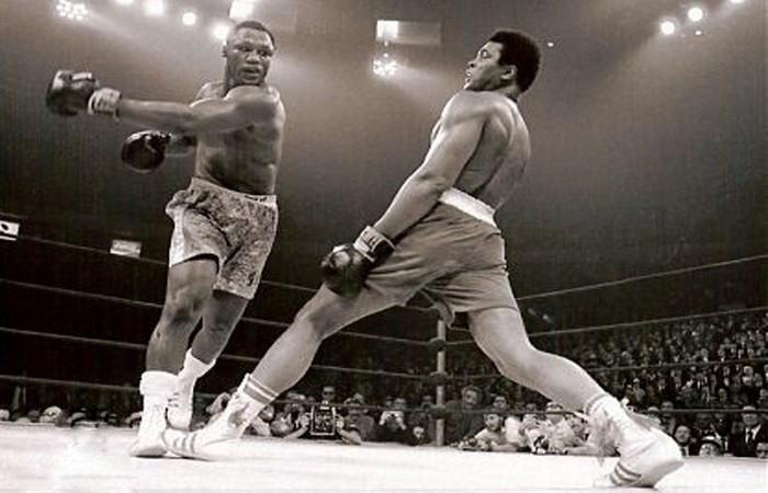 Брюс Ли изучал бои Мохаммеда Али.