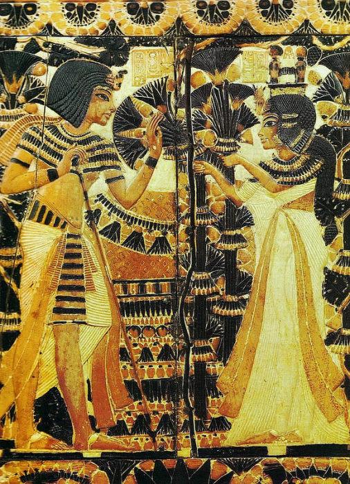 Царица Анхесенамон, протягивающая букеты с мандрагорами супругу — Тутанхамону. Сцена на крышке ларца. Кость, роспись. 14 в. до н.э. Каир, Египетский музей.