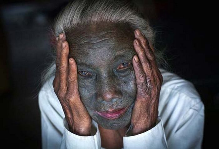 Татуировка на лице женщины в племени Мьянмы.