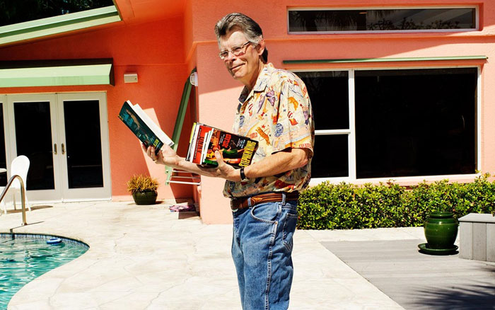 Стивен Кинг со своей книгой / Фото: www.blogspot.ru