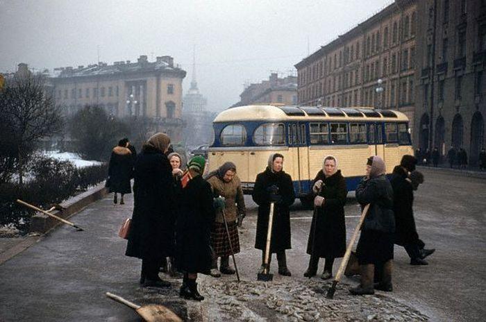 На субботнике. СССР, Ленинград, 11 марта, 1959 год.
