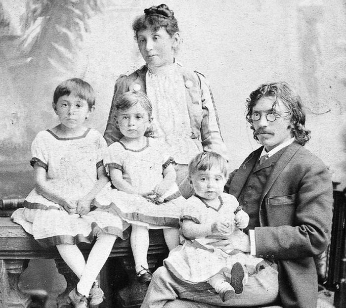 Шалом-Алейхем с женой и детьми.
