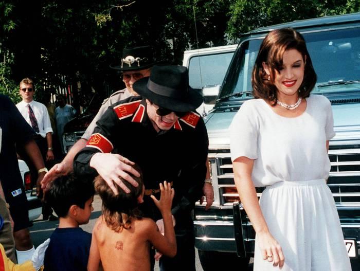 Майкл Джексон и Лиза Мари Пресли во время одной из поездок.