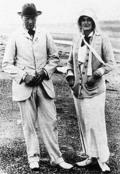 Черчиль с супругой на отдыхе.