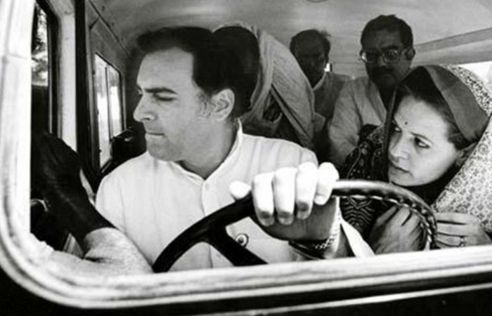 Раджив Ганди за рулём. / Фото: becuo.com