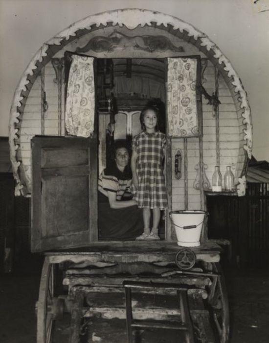 Маргарет Тейлор и ее мать Филлис, стоящие в дверях кибитки, июль 1956