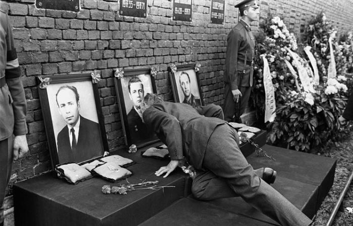 У могил советских космонавтов на Красной площади.